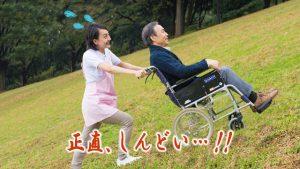 車椅子を押す看護師さんのイメージ写真