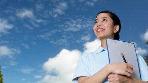 就職か進学に夢を抱く看護師の写真