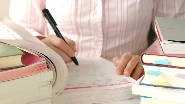 受験勉強する看護師のイメージ