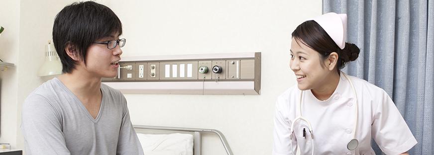 コミュニケーションをとる看護師