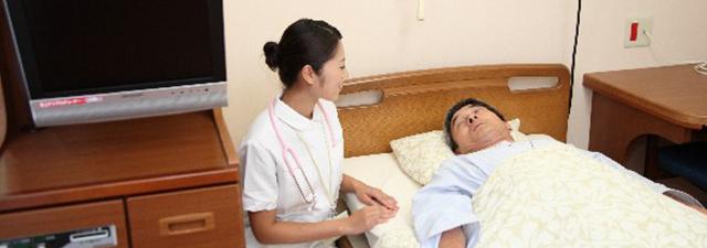 患者とコミュニケーションを取る看護師のイメージ写真